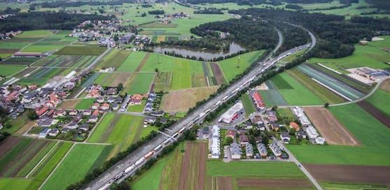 In diesem Bereich des Knoten Salzburg, kurz vor dem Abzweiger der A10 Tauern Autobahn, wurde die Leiche entdeckt. Archivfoto