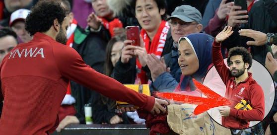 Mo Salah bekam ein Geschenk von einem weiblichen Fan. Er hält es in Ehren.
