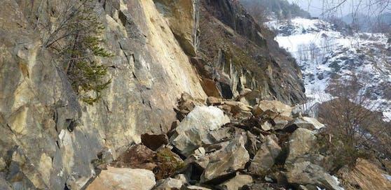 Rund 200 Kubikmeter Felsgestein stürzten auf eine Gemeindestraße in Umhausen