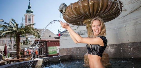 Badenixe Wendy Night kühlt sich im Brunnen ab.