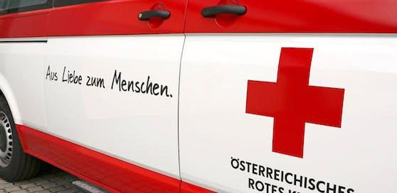 Rettungswagen, Notarzt und Feuerwehr am Unfallort.