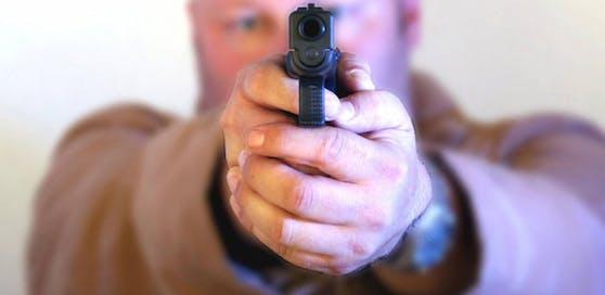 Mann bedrohte Radfahrer mit Pistole (Symbolbild).