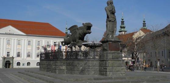 Neuer Platz in Klagenfurt mit Lindwurm, im Hintergrund das Rathaus.