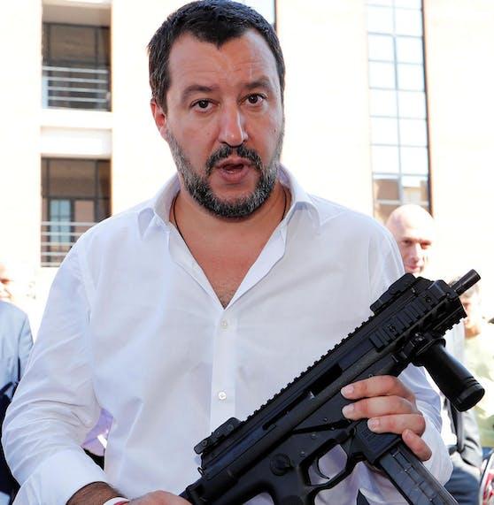 Salvini mit dem Gewehr.