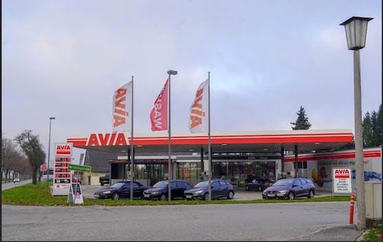 An dieser Tankstelle in Aurolzmünster wurden eine Schwangere und ihr Ehemann krankenhausreif geprügelt.