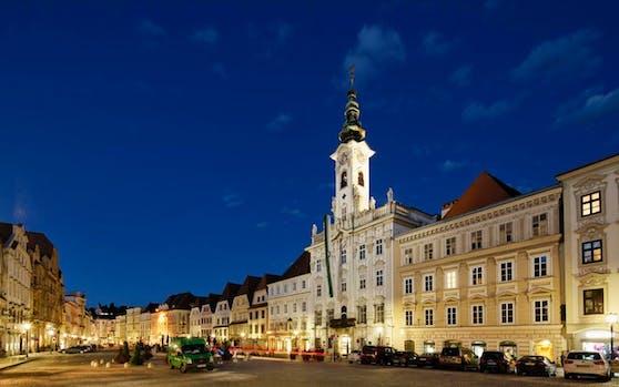 Vor dem Steyrer Rathaus ließ sich Gemeinderat Hingerl mit seinem Namen im Kopfsteinpflaster verewigen.