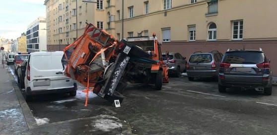 Beim Umstürzen des Streufahrzeugs wurden drei Autos beschädigt.