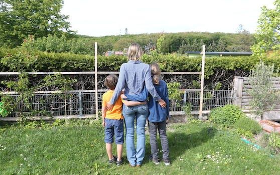 Zweifach-Mama Kathrin E. (Name geändert, hier mit ihren Söhnen Julius, 7 und Moritz, 11) kritisiert die fehlende Lösung für Geschwisterkinder bei Schichtbetrieb der Schulen. Das Bildungsministerium sieht hingegen die Bildungsdirektionen der Bundesländer am Zug.