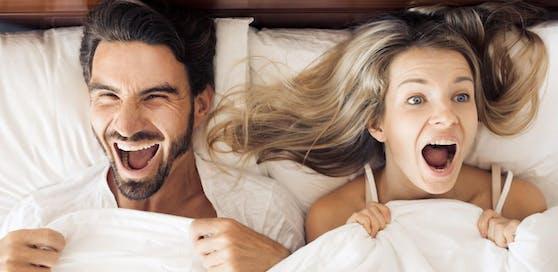 Humor im Bett wirkt sich positiv auf den Sex aus.