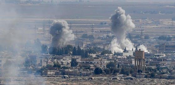 Die Kämpfe in der syrisch-türkischen Grenzregion gehen trotz internationaler Proteste ungehindert weiter.
