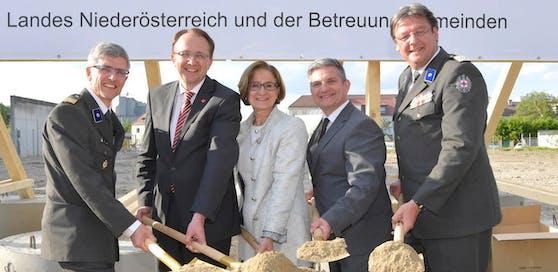 Bezirksstellenleiter Schlögl, Bürgermeister Stadler, Landeshauptfrau Mikl-Leitner, Landesrat Androsch und RK-Präsident Schmoll (v.l.n.r.) beim Spatenstich.