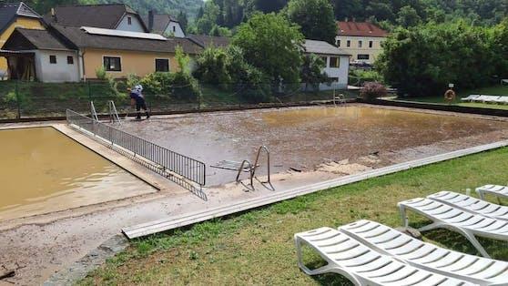 Die FF Raxendorf half bei der Beseitigung der Schlammmassen im Freibad in Aggsbach-Dorf.