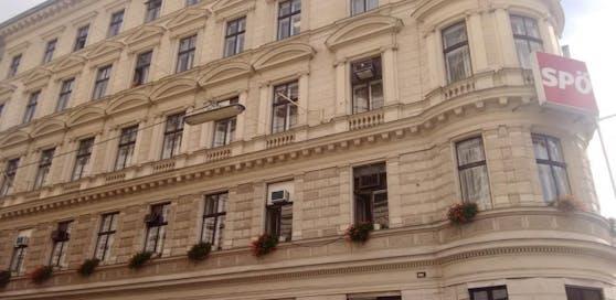 Aus diesem Haus, in dem die SPÖ ihre Zentrale hat, fiel ein Fenster auf die Straße.