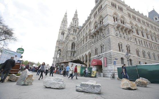 Bei der Rathausstraße wurden bei beiden Zugängen Steine als Barrieren aufgestellt.