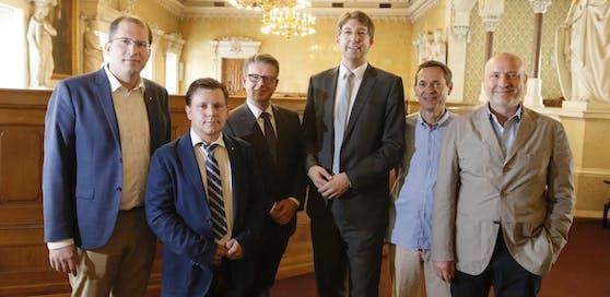 """Anrainerparken: City stellt den weiteren Plan vor. Im Bild (von rechts): Gregor Raidl (Neos), Markus Platt (FPÖ), Sebastian Gimbel (ÖVP), Bezirkschef Markus Figl (ÖVP), Alexander Hirschenhauser (Grüne), Karl Newole (""""Wir im Ersten"""")."""
