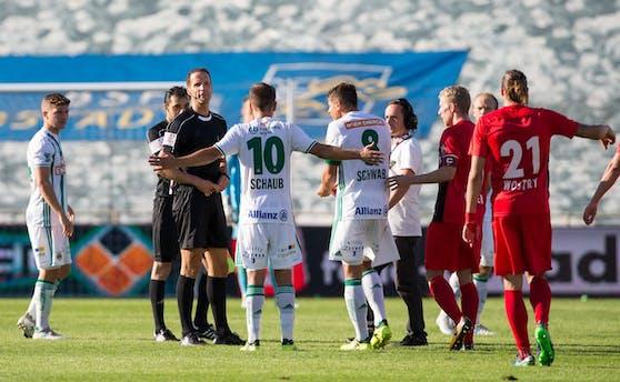 Schiri Robert Schörgenhofer unterbricht die Partie, die Vereine wollen weiterspielen.