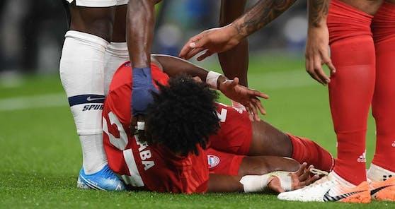 David Alaba liegt verletzt am Boden.