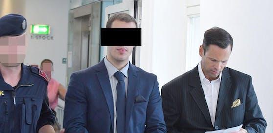 Der Beschuldigte, als er im Vorjahr an der Seite von Anwalt Andreas Mauhart, in den Gerichtssaal geführt wurde.