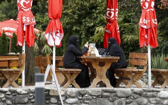 Touristinnen aus Saudi-Arabien sitzen in einem Restaurant. Symbolfoto