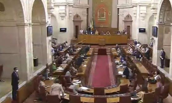 Die spanischen Parlamentsabgeordneten sprangen plötzlich von ihren Sitzen.