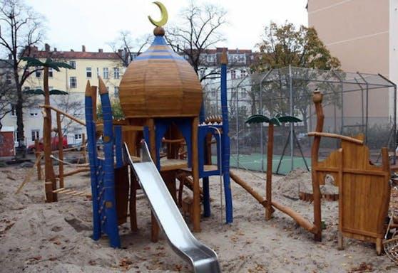 Die Kuppel mit dem Halbmond auf dem Spielplatz erhitzt die Gemüter