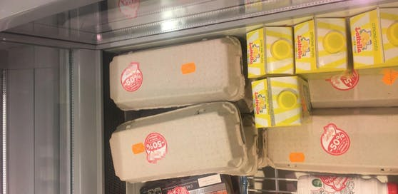 Die Eier wurden in grauem Eierkarton angeboten. Lediglich ein Rabatt-Pickerl befand sich auf der Warenverpackung.