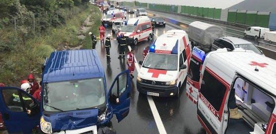 Schwerer Crash auf der A21: Feuerwehr, Polizei, vier Rettungsfahrzeuge und zwei Notarzteinsatzfahrzeuge im Einsatz.