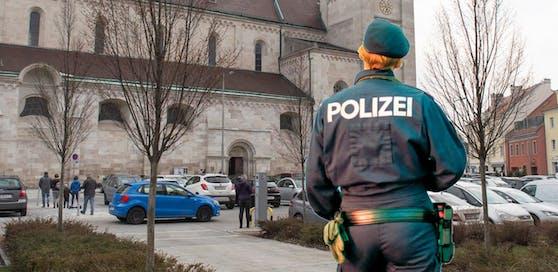 Symbolfotos von Polizistin und dem ungefähren Tatort.