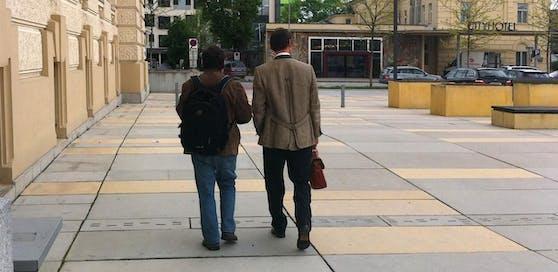 Der rabiate Nachbar (li.) mit seinem Anwalt nach der Urteilsverkündung.
