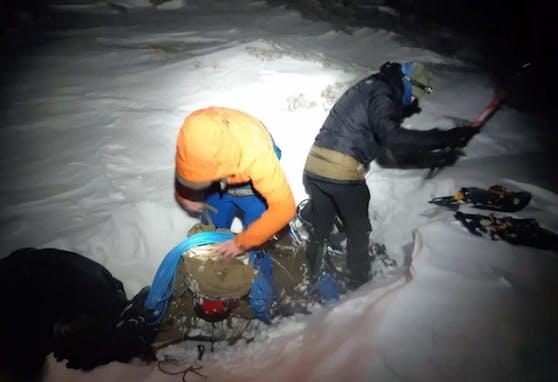 Bergretter befreiten zwei erschöpfte Schneeschuhwanderer am Dachstein.