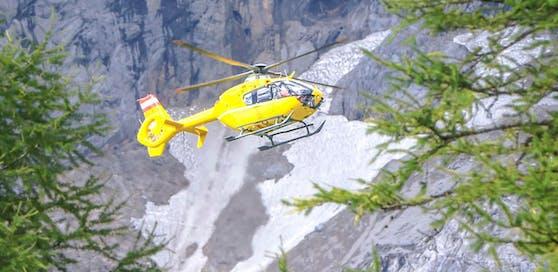 Ein Notarzt-Hubschrauber vom Stützpunkt Christophorus 14 in Niederöblarn vor Felsen und Schneefeldern des Dachstein-Gebirge. Symbolfoto