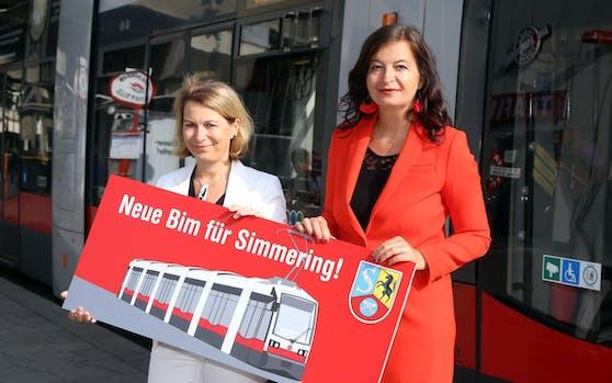 """Öffi-Stadträtin Ulli Sima (re.) und """"Wiener Linien"""" Geschäftsführerin Alexandra Reinagl bei der Endstelle Simmering."""