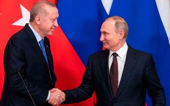 Halten sich nicht an die Corona-Hygienevorschriften: Putin und Erdogan beim Händeschütteln