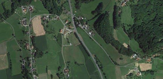Der Unfall ist auf der B57 im Gemeindegebiet von Henndorf passiert.