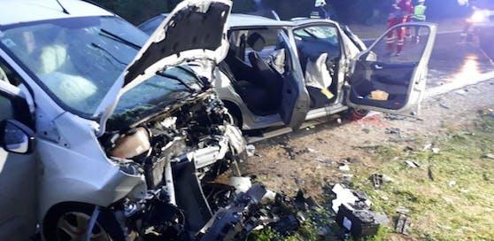 Die beiden Wagen wurden schwer beschädigt.