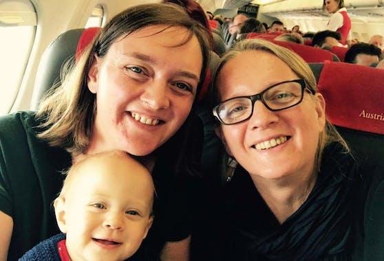 Friederike H. (links) wird ihre erste Flugreise mit ihrer Tochter so schnell nicht vergessen