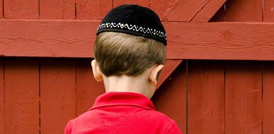 Ein Achtjähriger wurde von Jugendlichen attackiert, weil er eine Kippa trug.