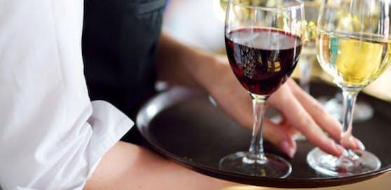 Ein Restaurant-Angestellter klagte, weil er 500 Überstunden machen musste  ohne Geld dafür zu bekommen.