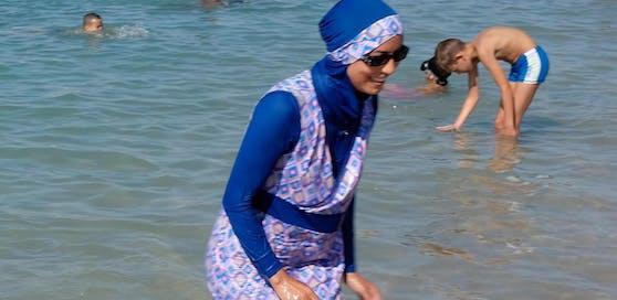 Der Burkini (im Bild eine Frau am Strand bei Marseille) wurde in Australien erfunden - vor allem wegen des Hautkrebs-Risikos.