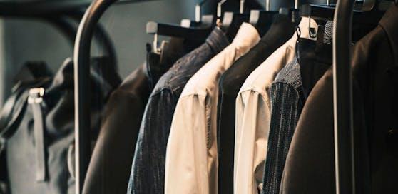 Über 100 Kleidungsstücke aus Herrengeschäft sind weg.