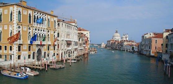 Künftig sollen keine Kanus und Paddelboote mehr direkt am berühmten Markusplatz vorbei über den Kanal von Giudecca schippern.