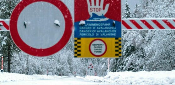Aufgrund des Dauerregens und starker Schneefälle hat die Bezirkshauptmannschaft Lienz am Dienstag verschiedene Notmaßnahmen verfügt. Mehrere Straßen wurden geschlossen.