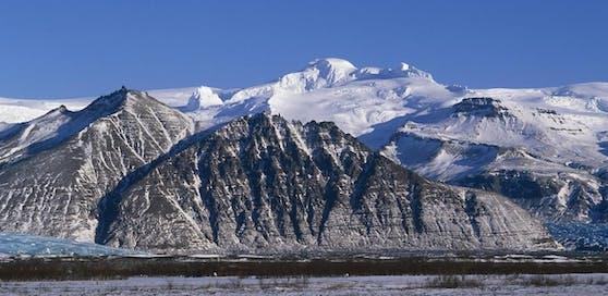 Blick über die Bergette Hrutsfjallstindar zum Gletscher Öræfajökull