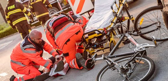 Der Radfahrer erlitt bei dem Sturz lebensgefährliche Verletzungen