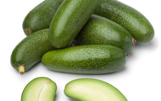 Auf den ersten Blick erinnert die Cocktail-Avocado an eine bauchige Zucchetti. Tatsächlich unterscheidet sie sich von der herkömmlichen Frucht: Sie ist kleiner, nur fünf bis acht Zentimeter lang und deutlich länglicher. Außerdem ist ihre Schale essbar.