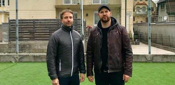 SP-Gemeindefraktion mit Martin Reifecker und Armin Bahr (r.) auf dem Kunstrasenplatz.