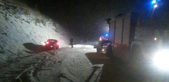 Das Fahrzeug kam auf aufgrund des Schneefalls von der Straße ab.