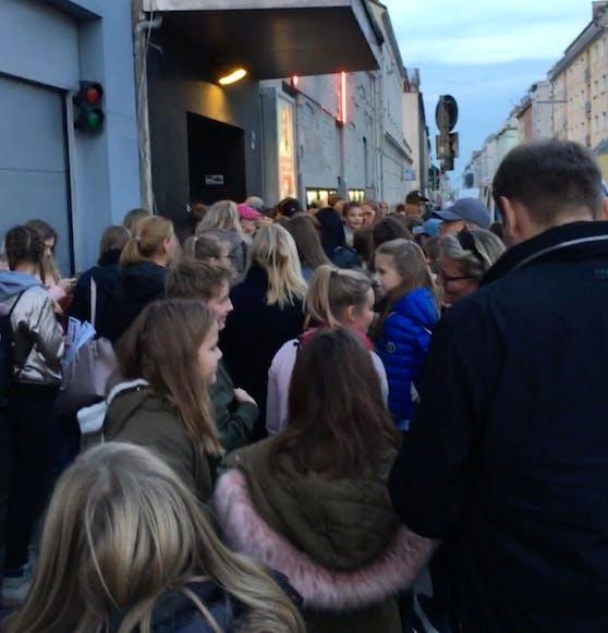 Fans warteten bis zu  5 Stunden in der Kälte.