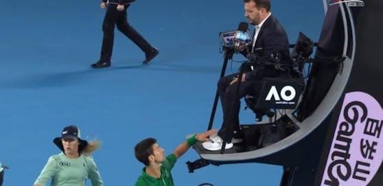 Der Schiedsrichter verwarnte Djokovic. Dieser tappte ihm dann beim Seitenwechsel auf die Schuhe und verspottete ihn vor einem Millionenpublikum.