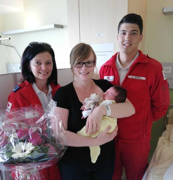 Mama Kerstin und die kleine Emilia mit ihren beiden Rotkreuz-Helfern Martina Ungermann und Stefan Schwarz.